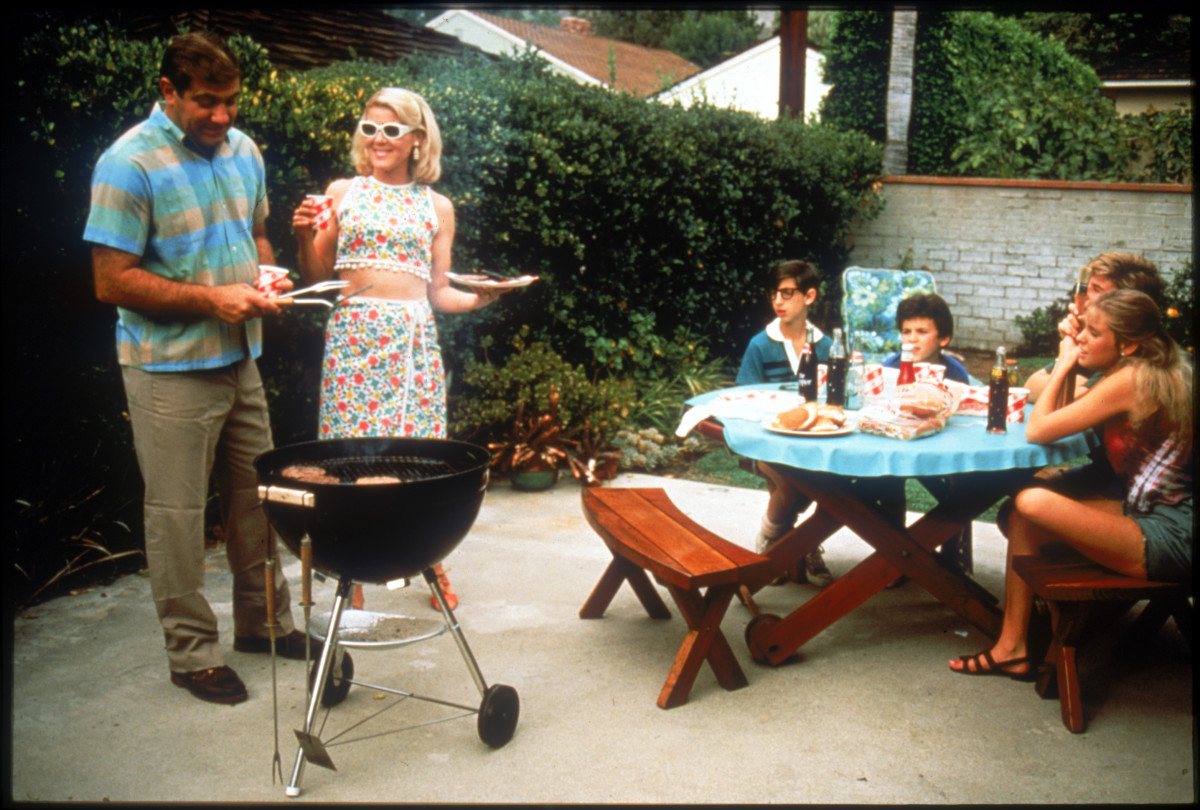 The Arnold Family and Paul Pfeiffer (Dan Lauria, Alley Mills, Josh Saviano, Fred Savage,  Jason Hervey, and Olivia d'abo)