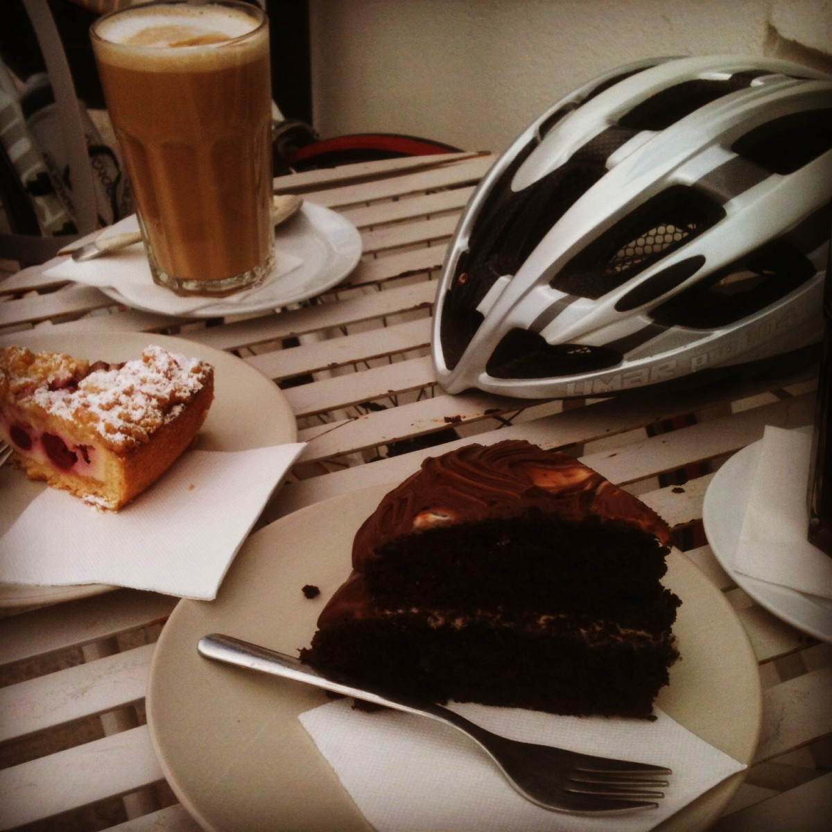 Coffe and Cake at Jonniebakes on the way back to Costa Teguise makes the riding worthwhile