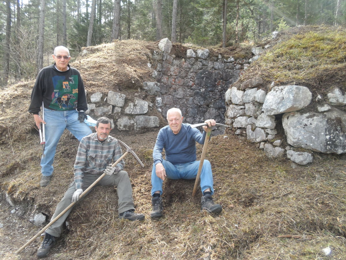 Ettore, Gigi e Renato, three volunteers that dug out an old limestone furnace on the Ta Lipa Pot path, in Stolvizza.