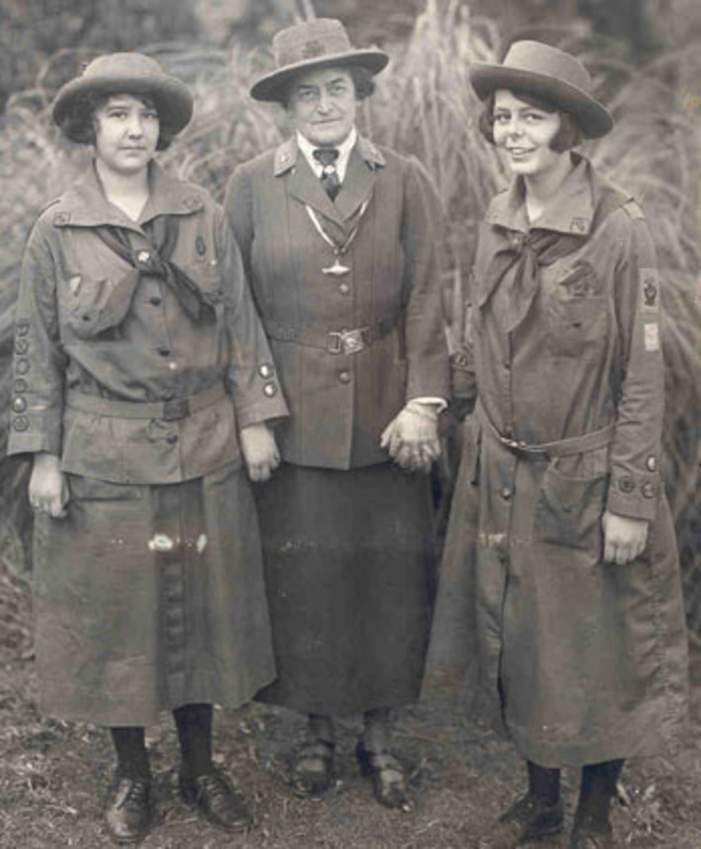 Juliette Gordon Low stands in the center