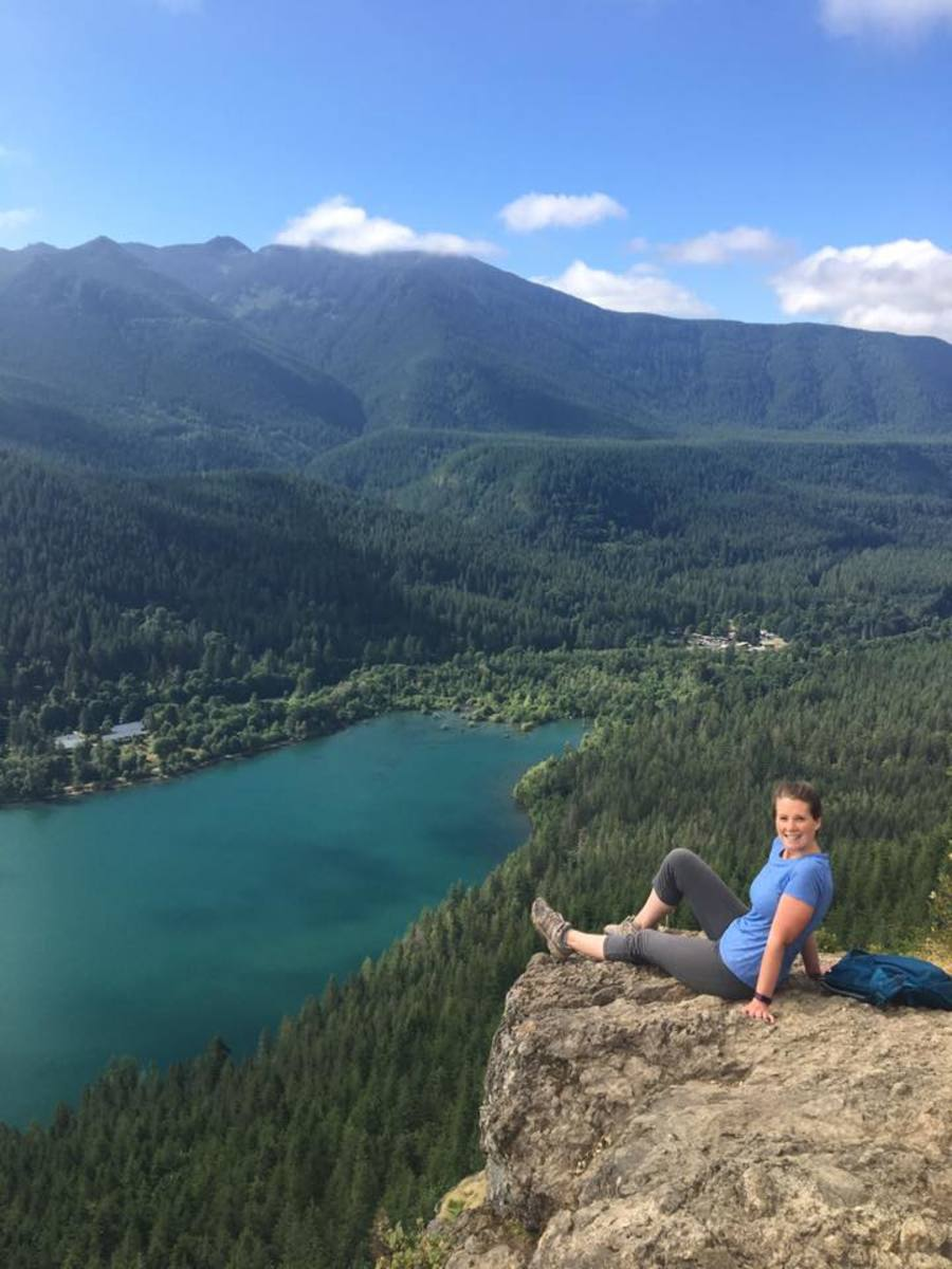 Another view overlooking Rattlesnake Lake from up on the ledge