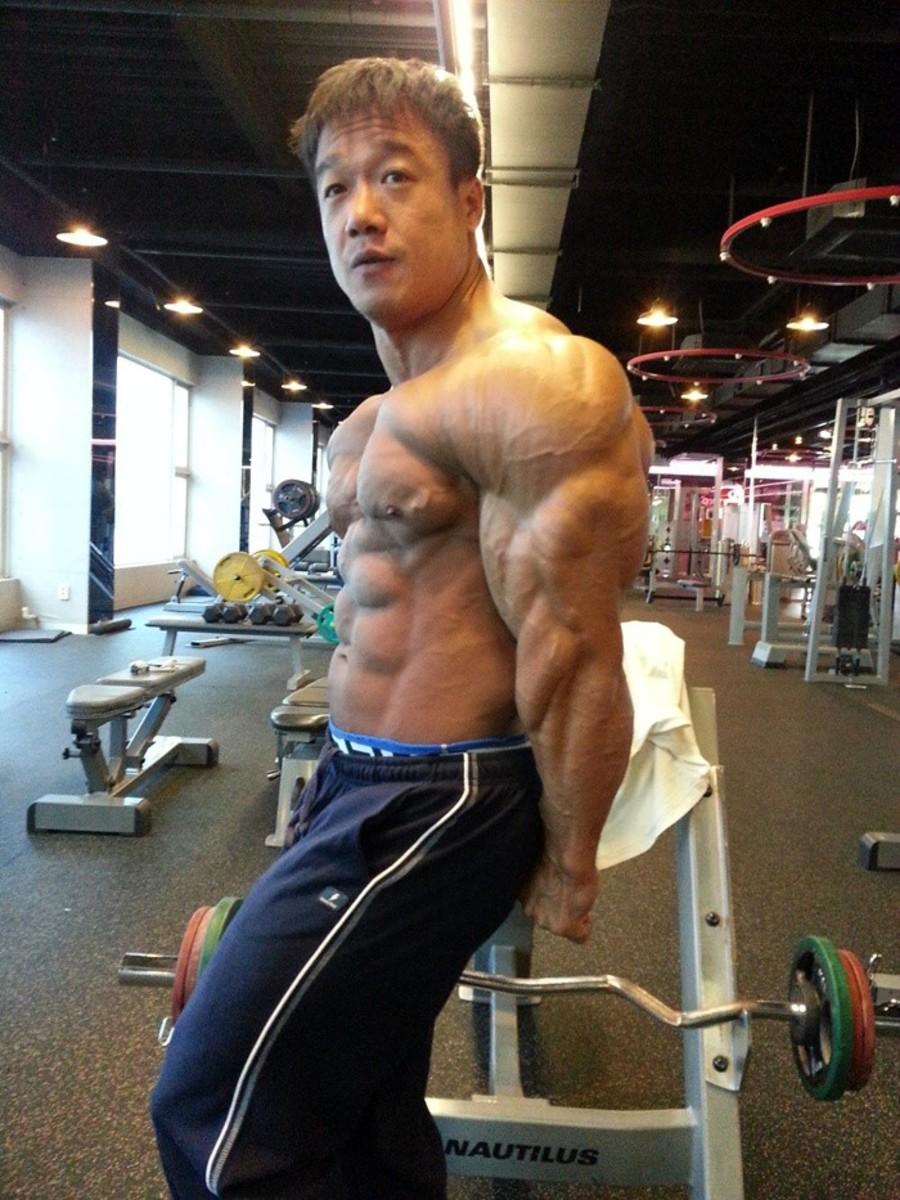 Korean bodybuilder Park Ki Seok (박기석 선수) posing in the gym