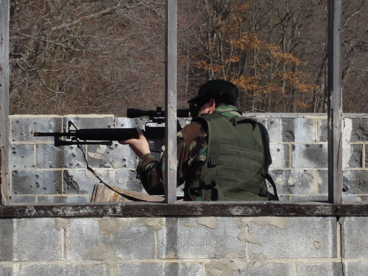 A hunting scope on top of this M16 does not look too bad and allows this person to identify his targets at long ranges, resulting in tremendous airsoft advantage