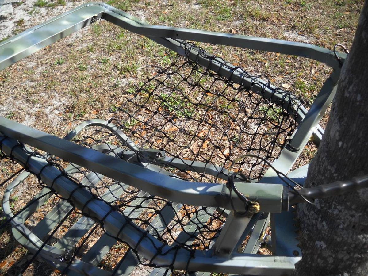 Before cutting the netting, set it on a tree and adjust the seat until it's comfortable. You only need 2-3 ties to hold it in place temporarily. As you can see in this photo, the netting hasn't been cut yet.