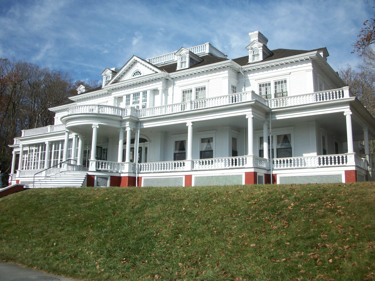 A front view of this magnificant mansion. Inside on display are local crafts from residents in the area, such as homemade jewelry and spectacular pottery pieces for sale.