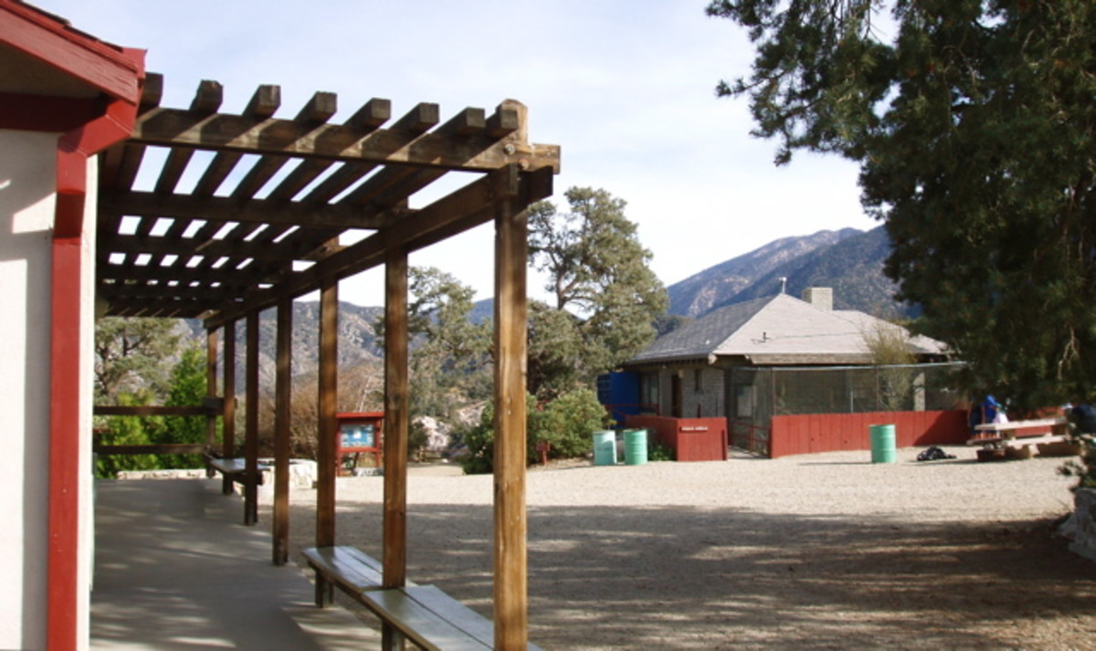 The Nature Center is on the left of the entrance, the bird sanctuary on the right.