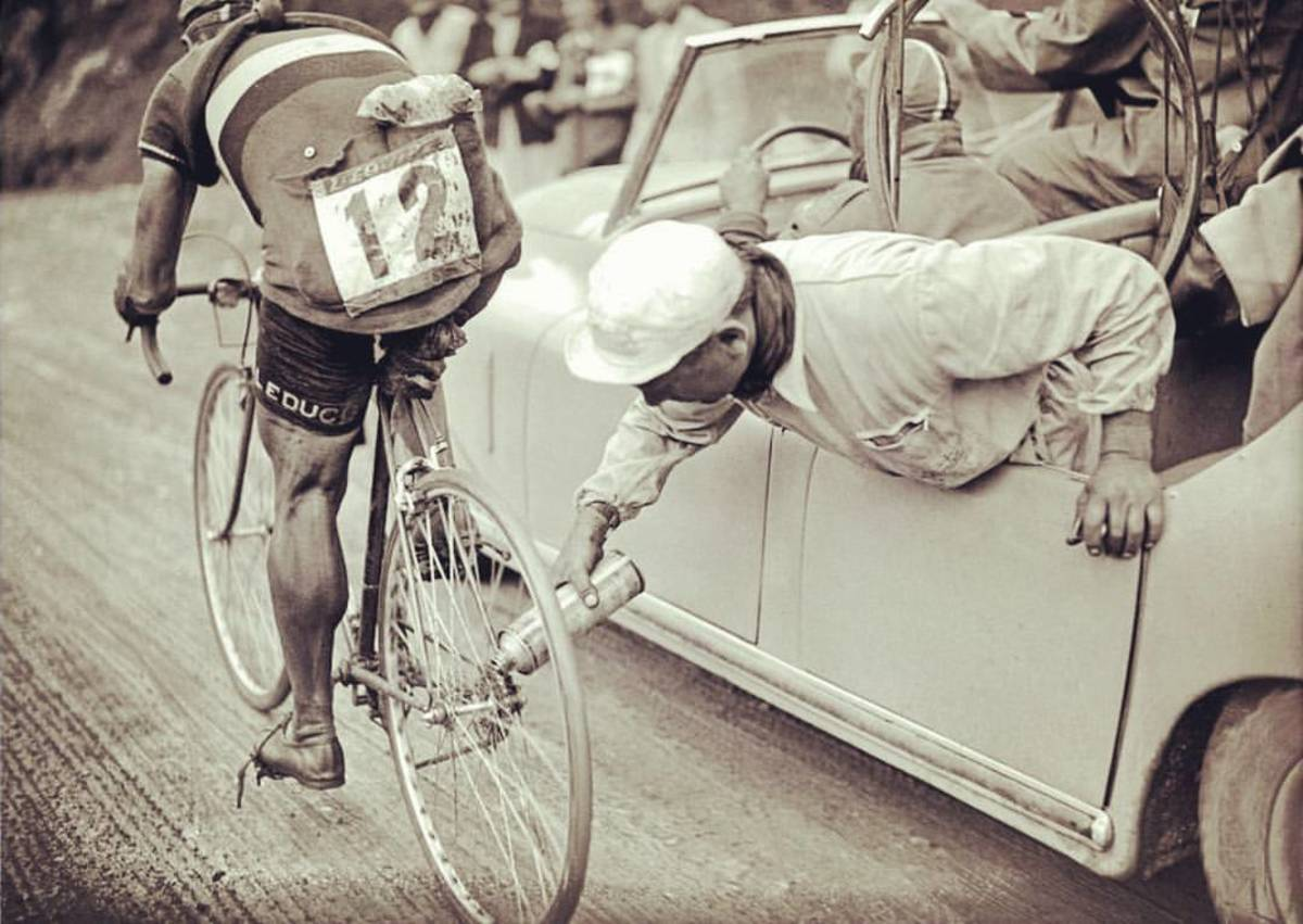 A team mechanic lubricates Gino Sciardis' chain on the fly, 1949 Tour de France