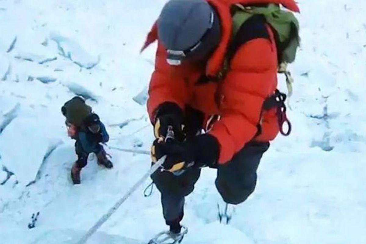 Xia Boyu scaling up mountain