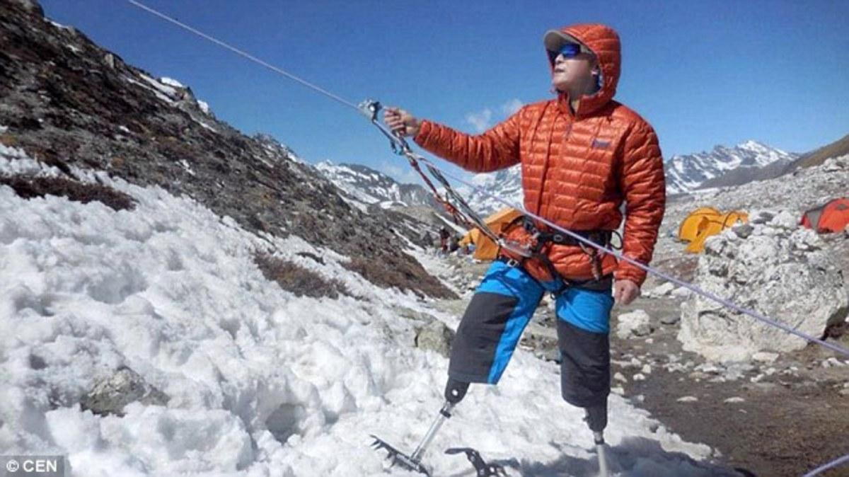 Xia Boyu getting ready to move up a mountain