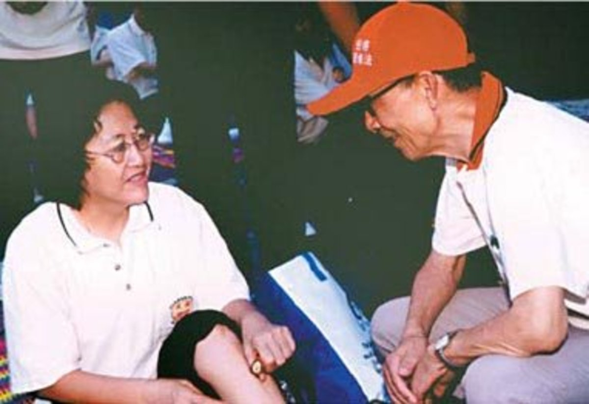 Zhu Zongxiang (right) talks to a participant.