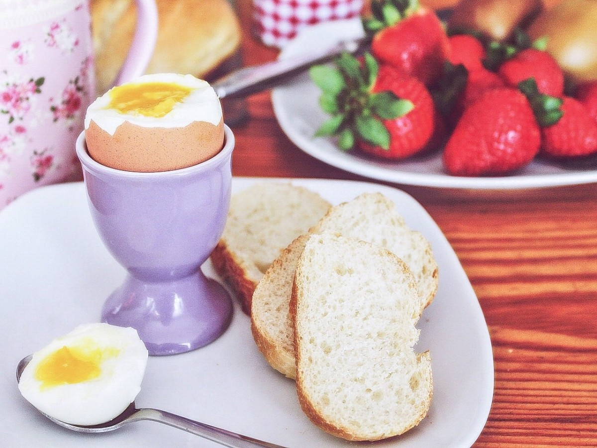 Egg white contains vitamin B12, egg yolk contains vitamin D, and strawberries contain anthocyanins. All of these substances are beneficial for memory.
