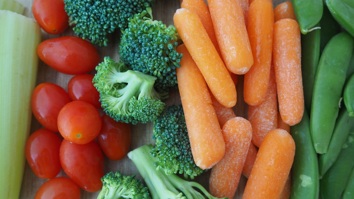 Eating to reduce cellulite means reducing calorie and carbohydrate intake and increasing fiber and vegetables.