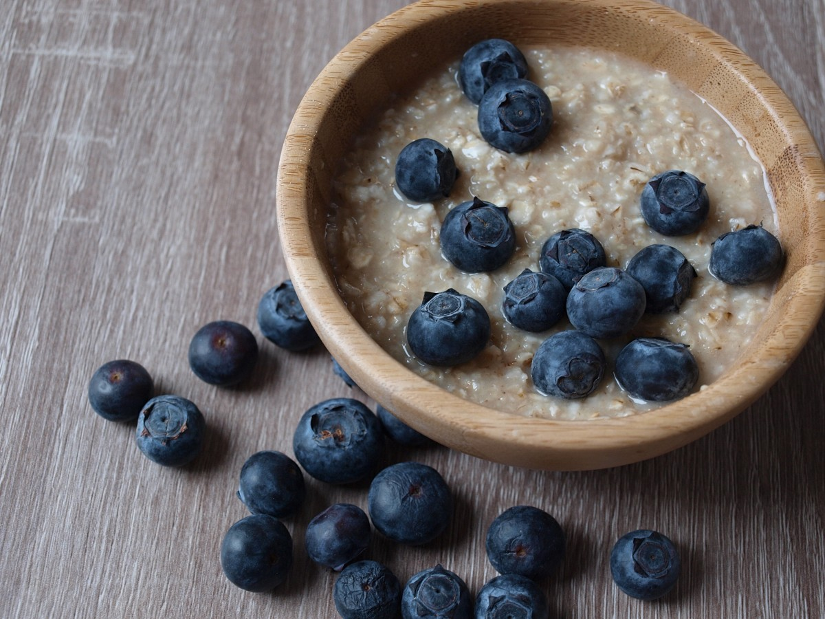 Blueberries and oatmeal make a great 220-calorie fasting day breakfast.