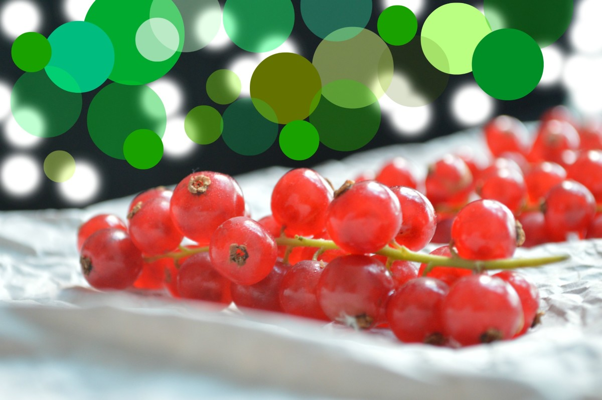 Red currants are gorgeous and are popularly used as garnishes in food.