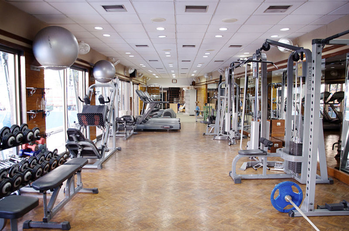 A gym featuring gym equipment.