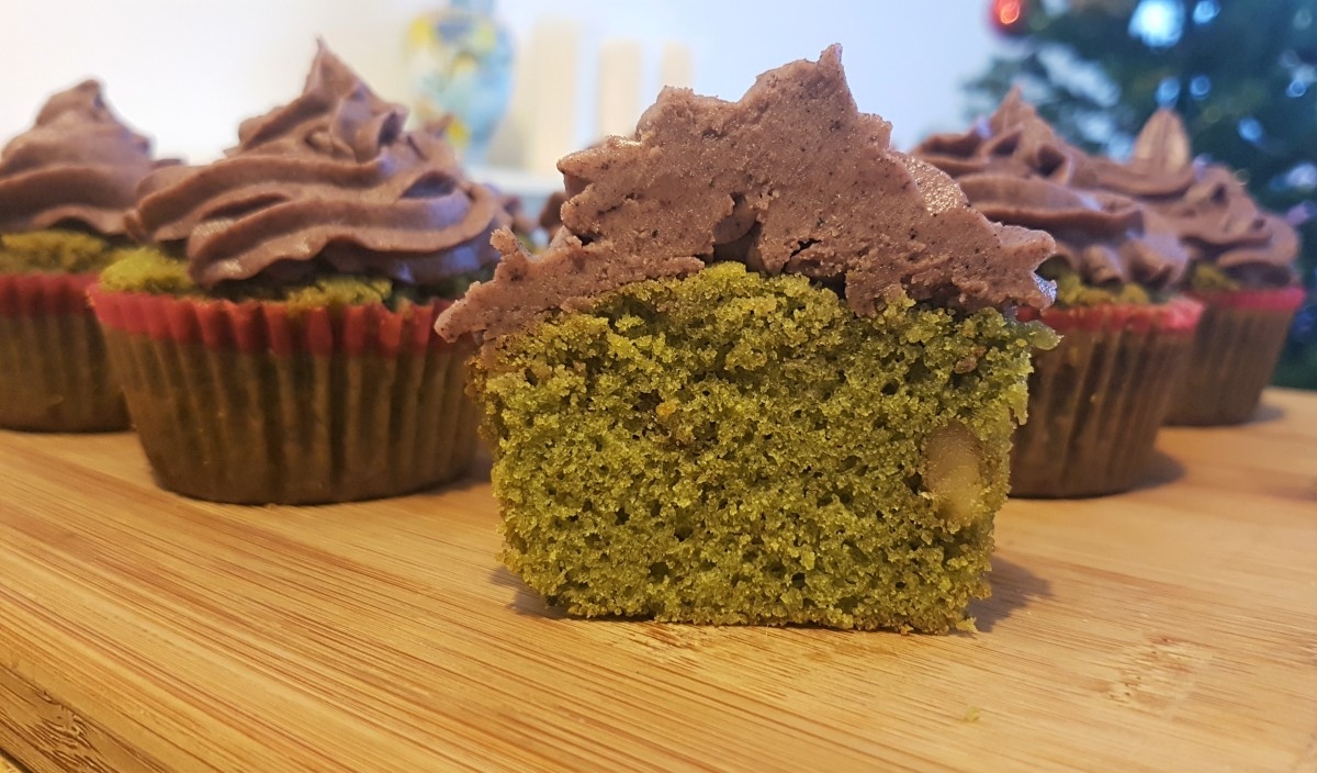 healthy-dessert-recipe-wheatgrass-cupcakes-with-acai-buttercream-frosting