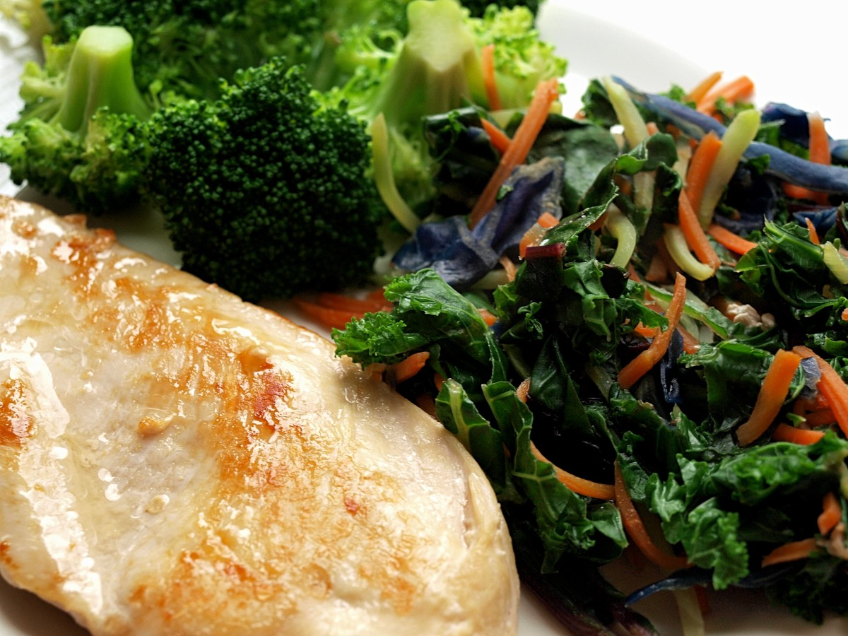 A healthy dinner includes roasted chicken with cooked and raw vegetables. You'll be satisfied without carbohydrates!