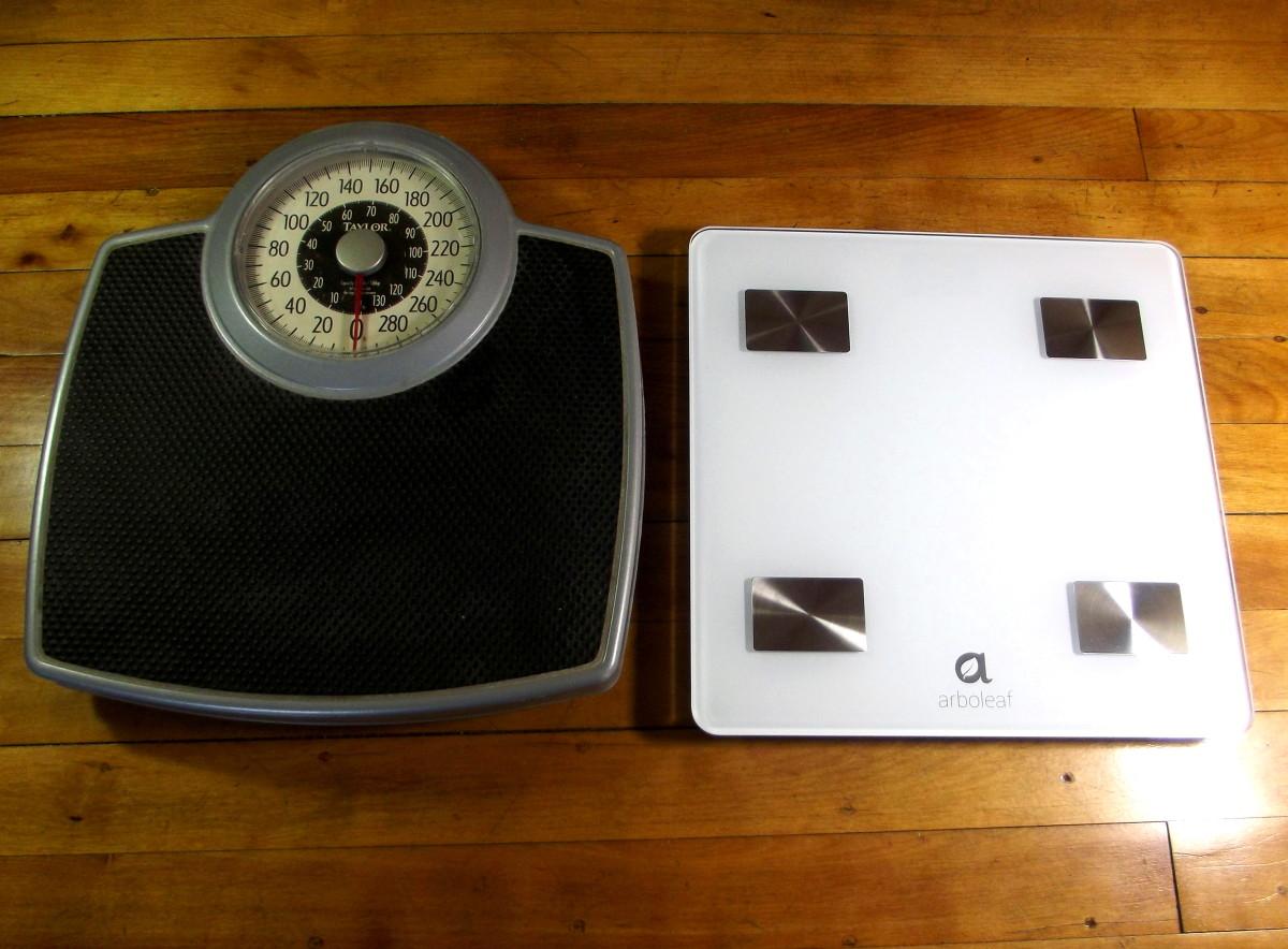 Arboleaf CS20N Smart Scale alongside traditional bathroom scale