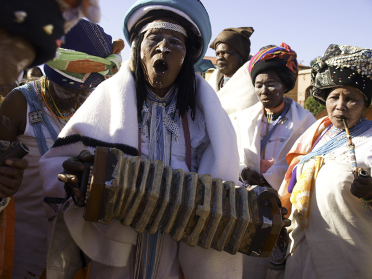 Xhosa people: Sangoma with accordion in traditional Xhosa ceremony  The Xhosa speaking people are of Nguni stock like the Zulu and  are divided into several tribes with related but distinct heritages. The main tribes are the Mpondo, Mpondomise, Bomv