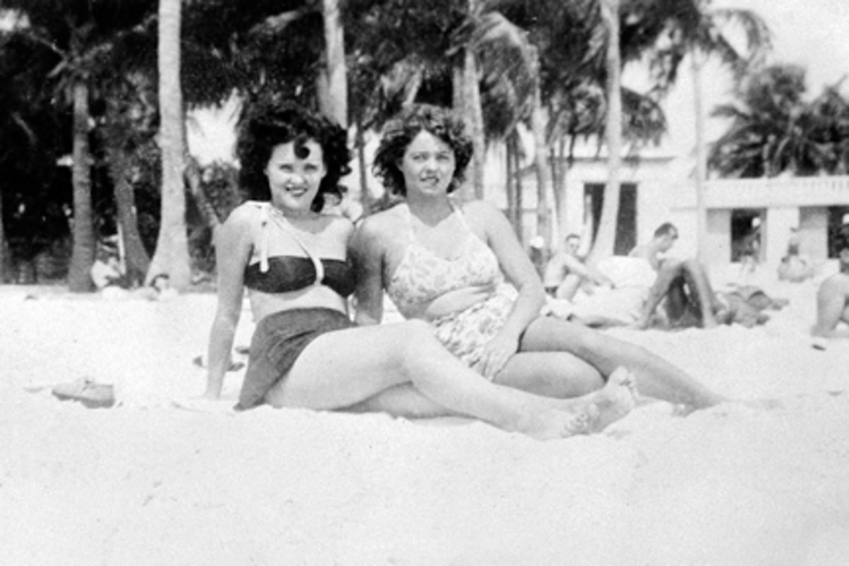 Elizabeth Short and a friend on the beach