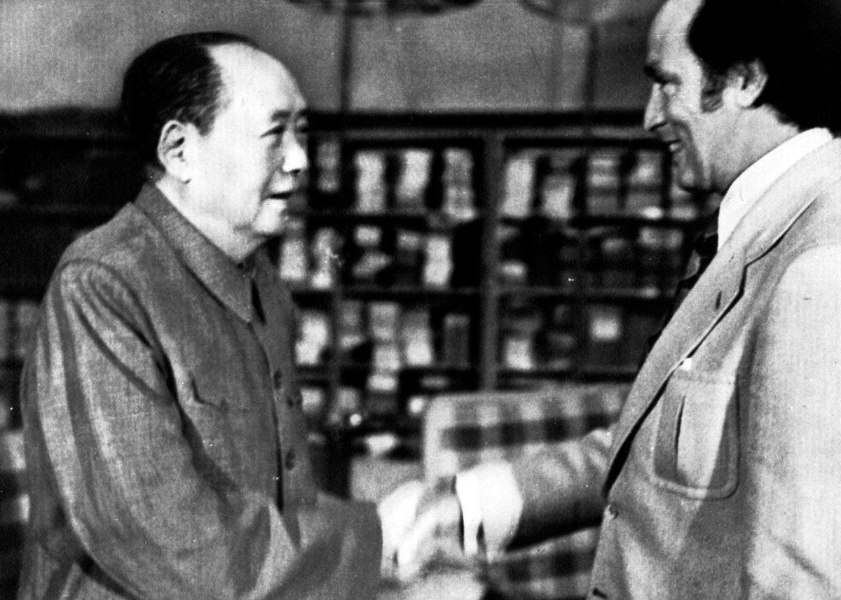 Prime Minister Trudeau shakes hands with Mao Zedong in China (Oct 1973).