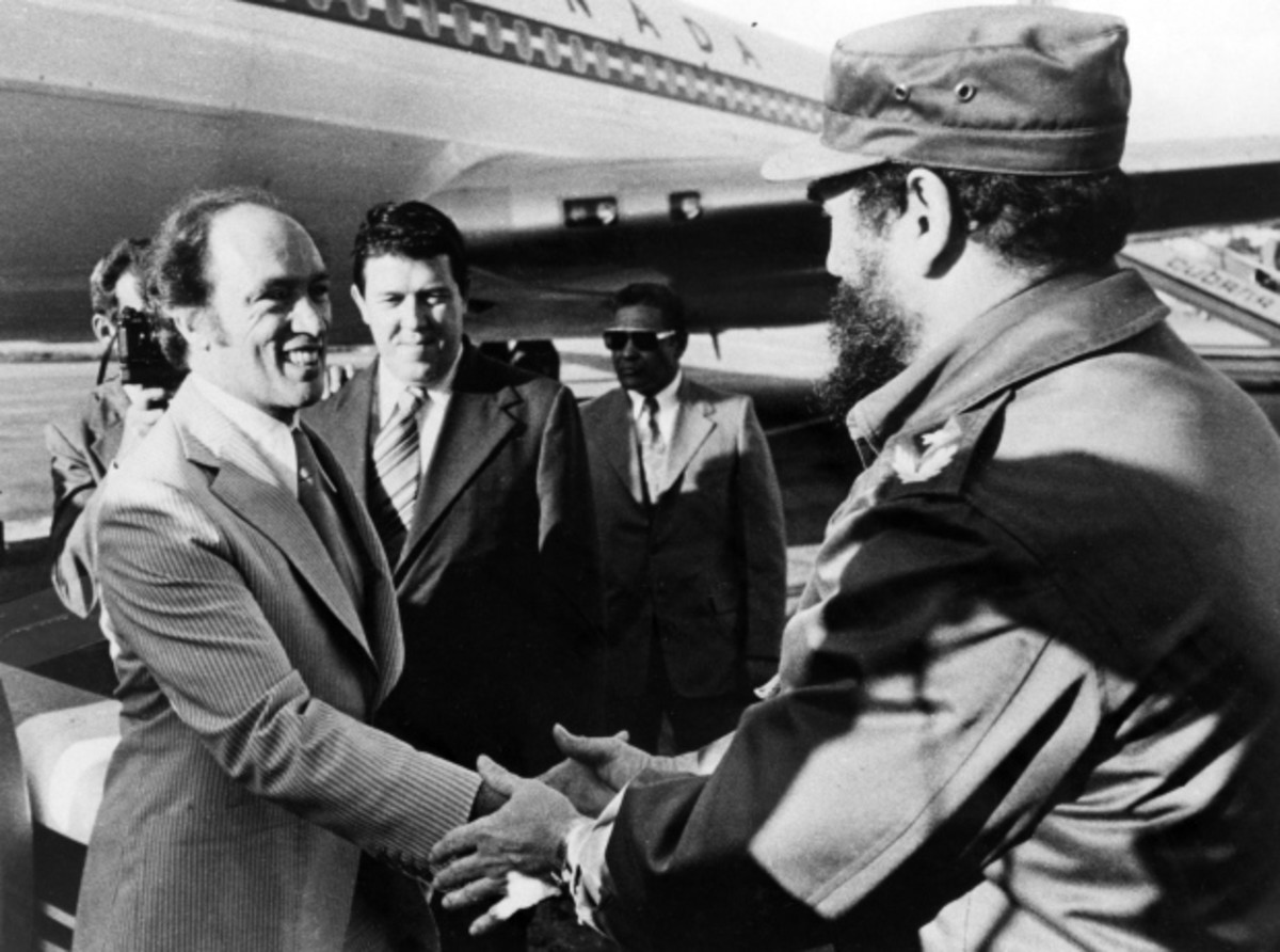 Fidel Castro greets Pierre Trudeau at the airport in Cuba, 1976