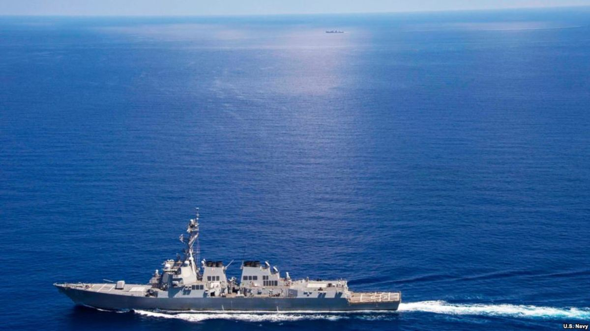 USS Lassen (DDG 82) operates in international waters near the Chinese People's Liberation Army (Navy) Jianghu V-class frigate Dongguan (560) while on patrol in U.S. 7th Fleet at South China Sea, Sep 29, 2015.