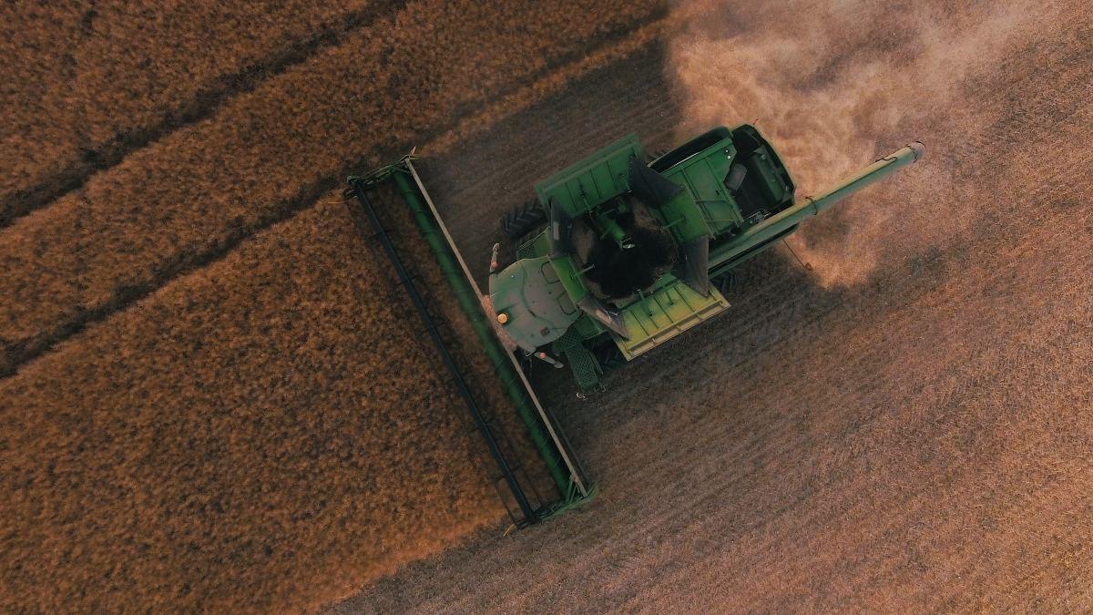 Farming vehicle cutting crops