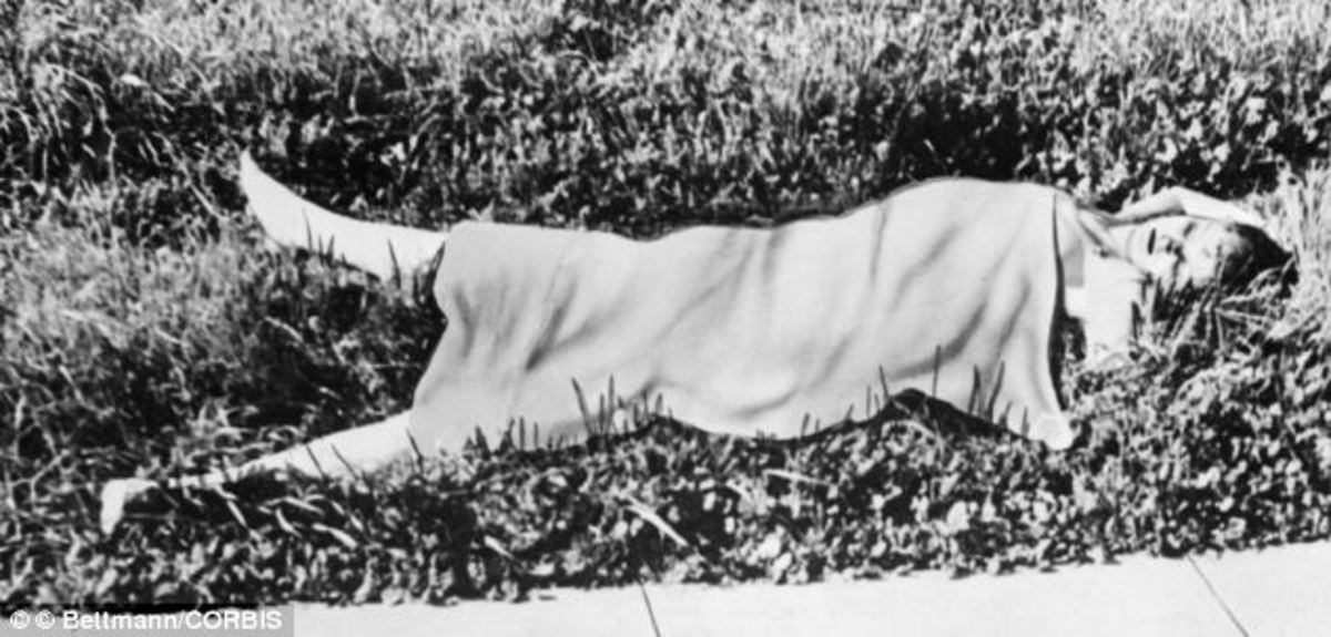 Elizabeth Short's body covered with a blanket.