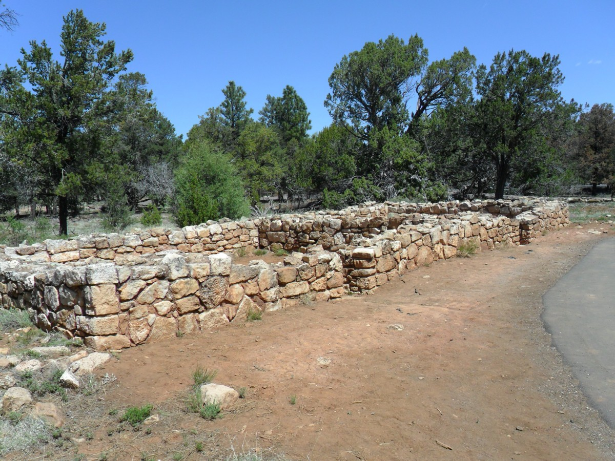 Pueblo ruins near the Rim Trail
