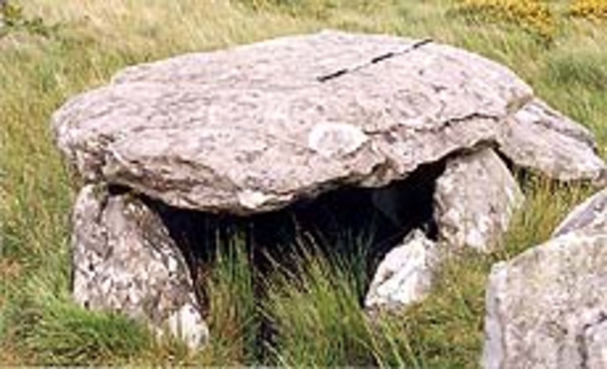 Ballyhoneen Wedge Tomb near the shore of Loch a'Dúin