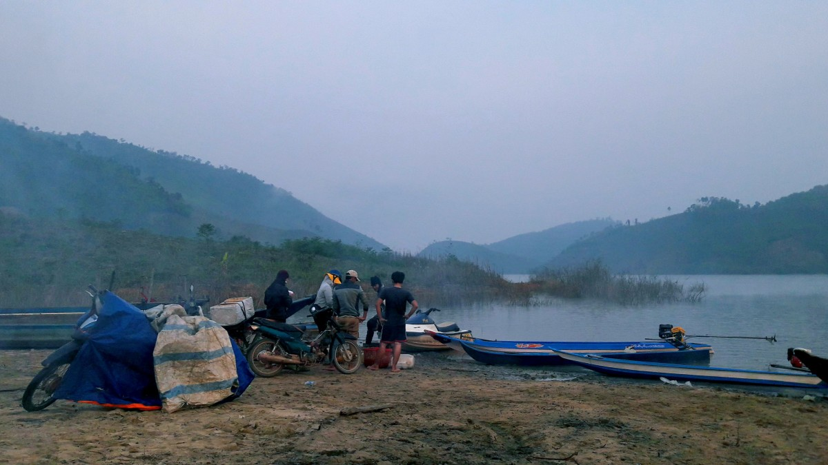 Fishermen gather to exchange their catch at dawn and dusk, even at midnight.