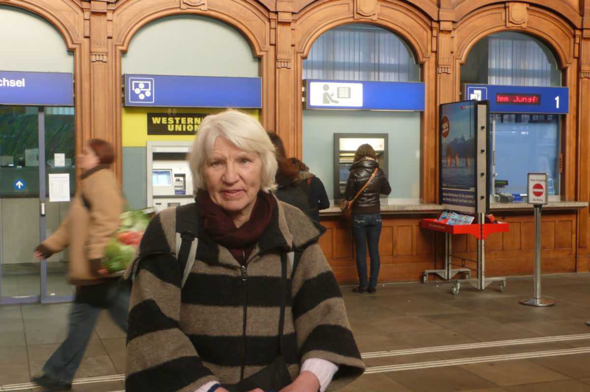 Heidemarie Schwermer at train station