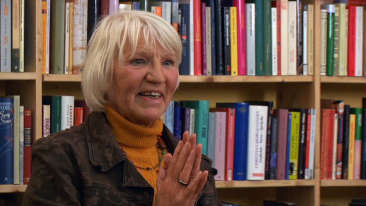 Heidemarie Schwermer speaking to group