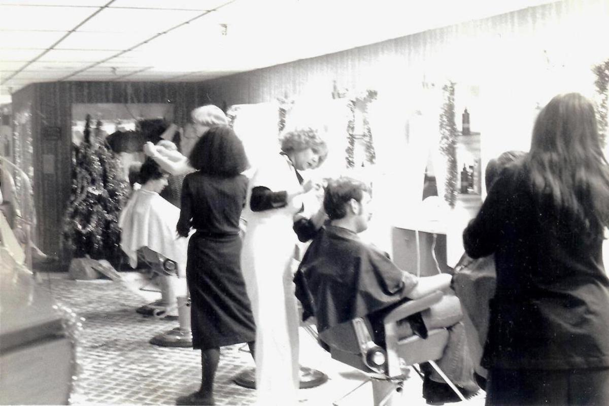 Styling salon of the seventies in the mall.