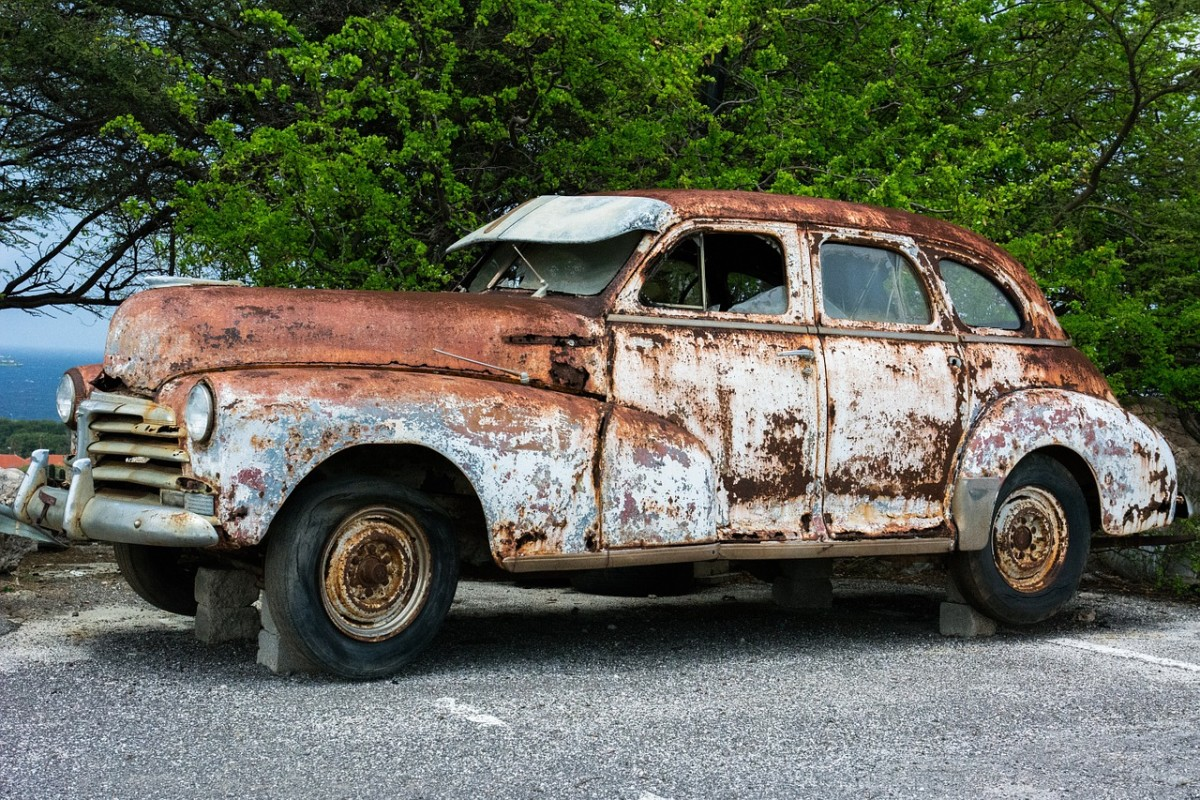 Old rusted car, the likes of which Ed Wilson likes to incorporate into his art.