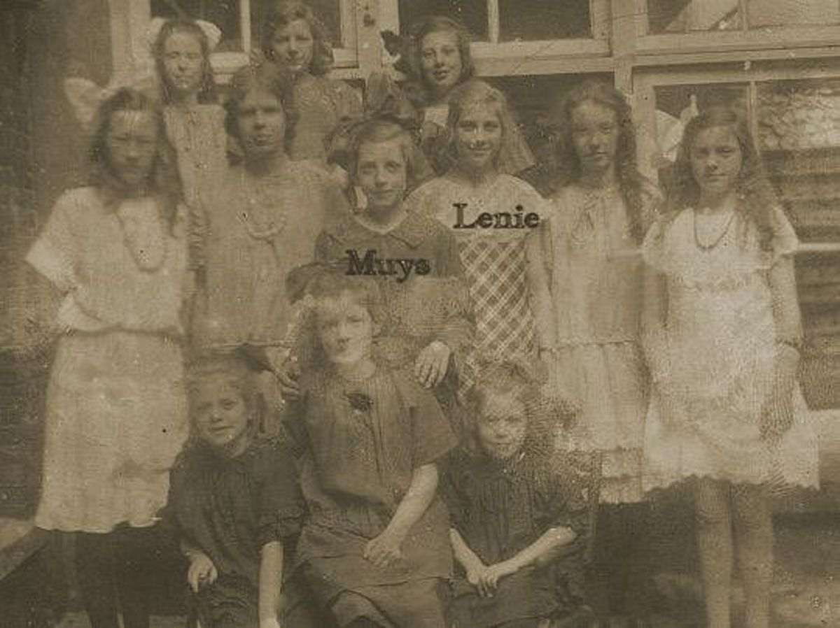 Muys Meijst 10 years old with her sister Lenie