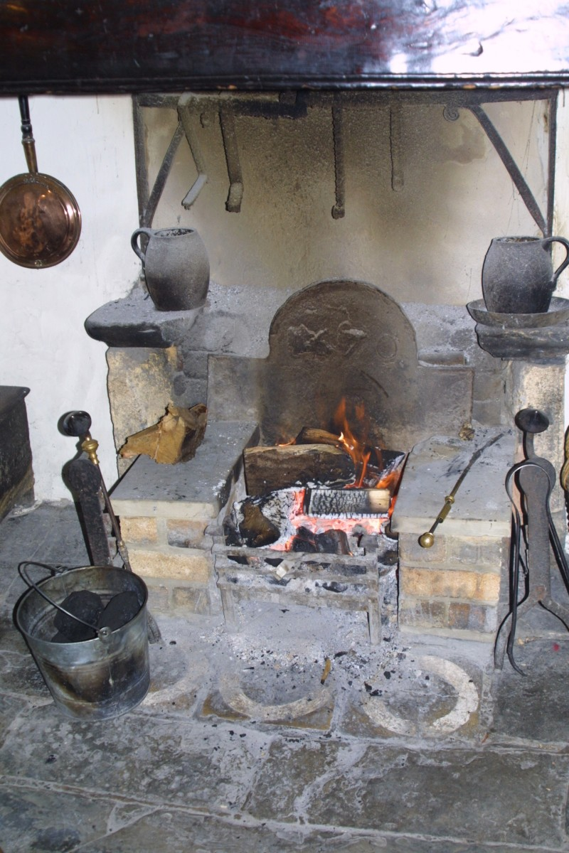 One of The Fleece's fireplaces features three circles painted on the hearth stones. This motif is believed to stop witches entering the inn through the chimney.