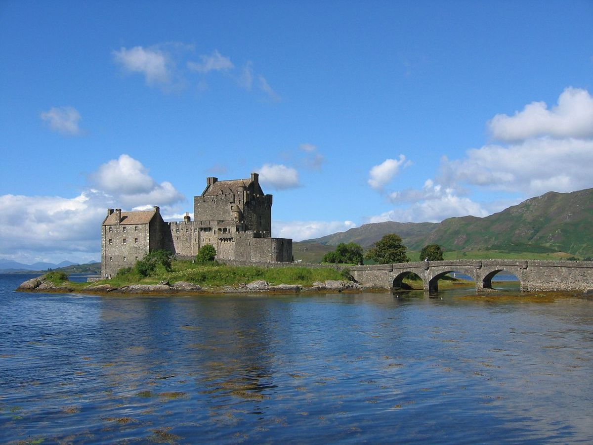 Eilean Donan Castle appeared in the first flashback scene where the MacLeod clan was going off to battle the Frasier clan.