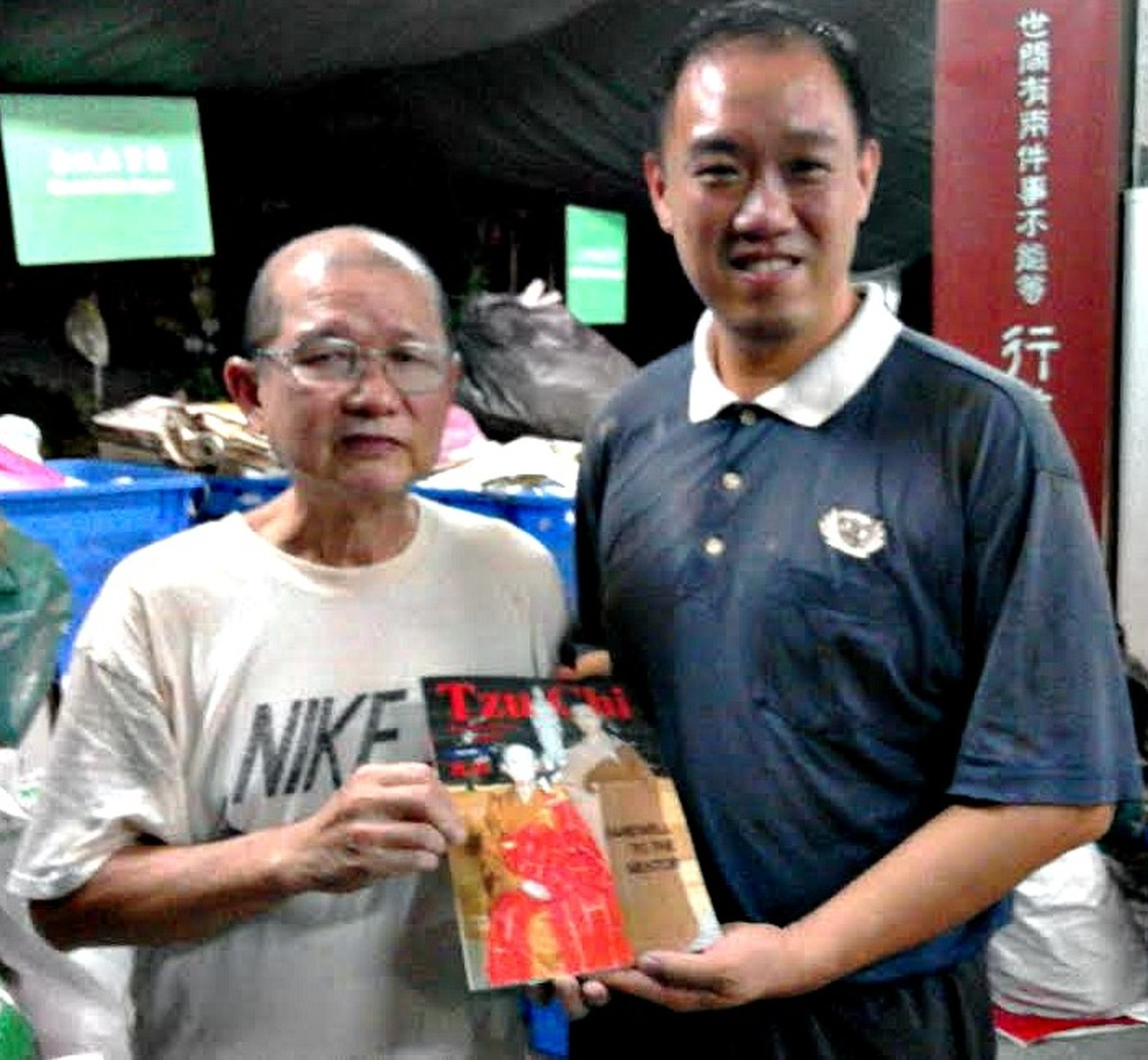 Tzu Chi Brother Edwin Khoo and Good Guy with the magazine he gave me. Photo taken on Nov 14, 2016