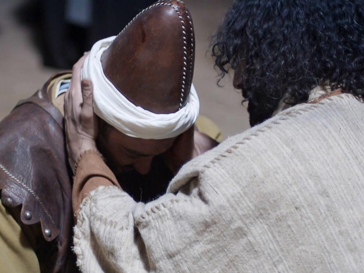 Jesus puts Malchus' ear back on.
