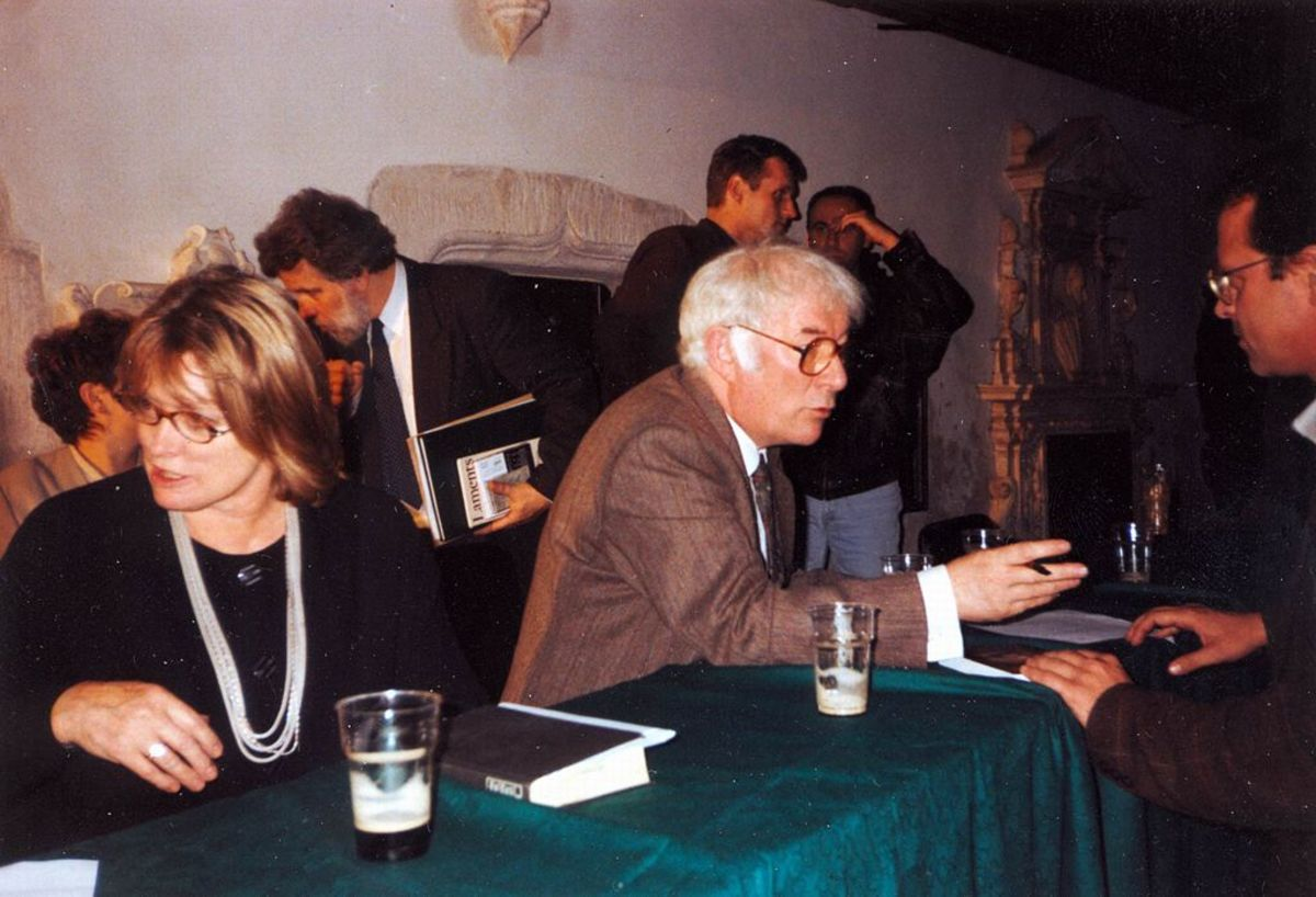 M Marie and Seamus Heaney at the Dominican Church, Kraków, Poland, 1996. Maire / CC BY-SA (https://creativecommons.org/licenses/by-sa/2.5)