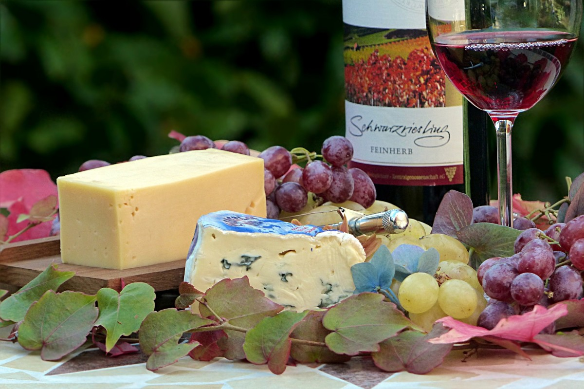 Wine and Cheese: Image by Oldiefan from Pixabay