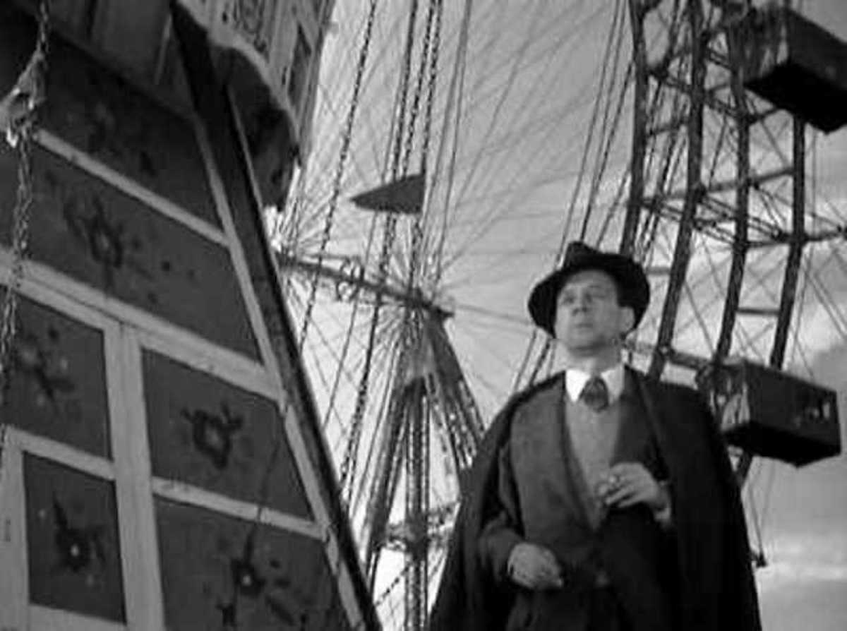 Here's Joseph Cotten at the entrance to the Giant Wheel, waiting for Orson Welles to appear mysteriously. i've been on it two or three times, and the cabins are the same old wooden ones as originally provided for passengers