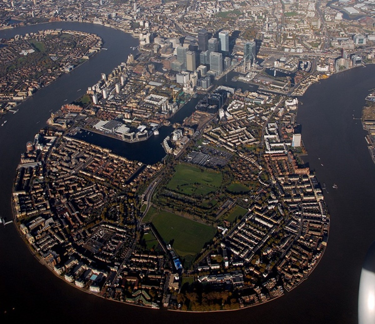 The Isle of Dogs in the 1980s-1990s also buzzed with construction projects as some City firms and newspapers moved out of the Fleet Street environs. We (The Telegraph) moved initially to South Quay in 1986, right next to the DLR halt, very convenient