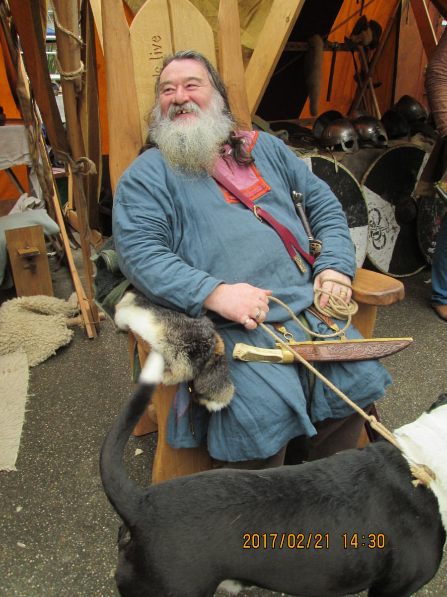 And here's 'Jarl' (earl, the title replaced the earlier ealdorman from the time of Knut), seated on his campaign chair, dagger at the ready - just in case