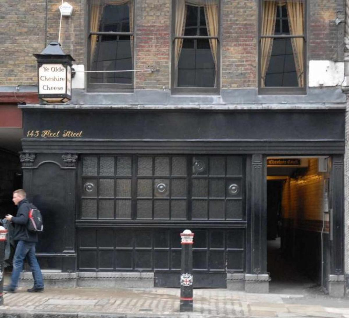 One thing we couldn't take with us was the freedom of the watering holes. Working 'in the print' was thirsty business. This is the 'Cheshire Cheese' -  Dr Johnson's favoured watering hole. South Quay was like a desert, Canary Wharf little better then