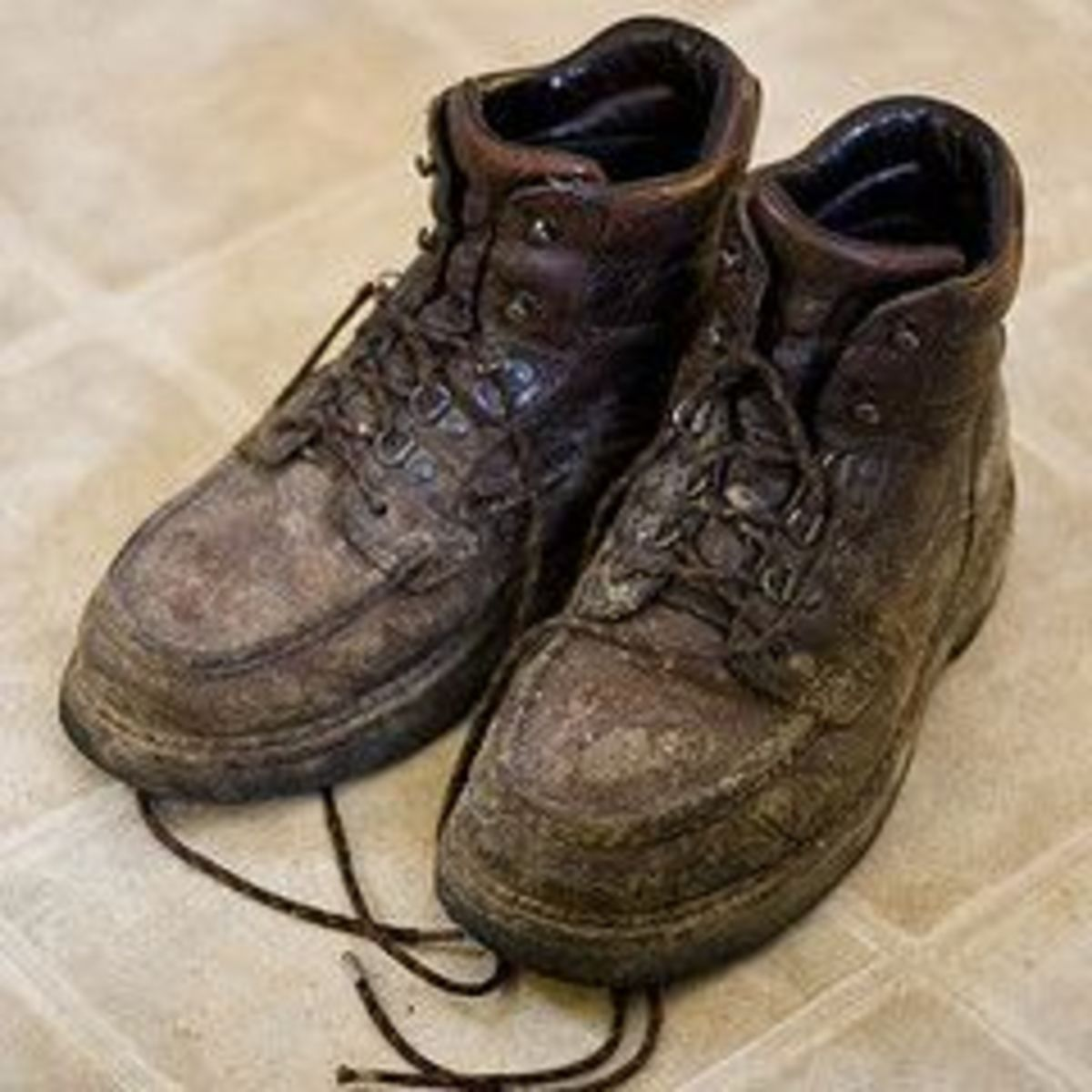 This is the sexiest pair of shoes I've ever seen a man wear. Look at all that delicious mud! If these are your shoes please say hi in the comments!