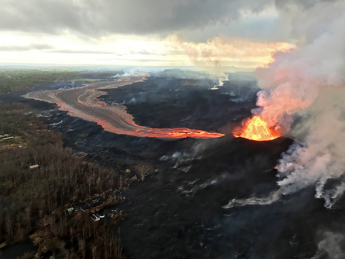 Lava channel from fissure No,8 travels toward the coastline. (Photo courtesy of USGS-HVO)