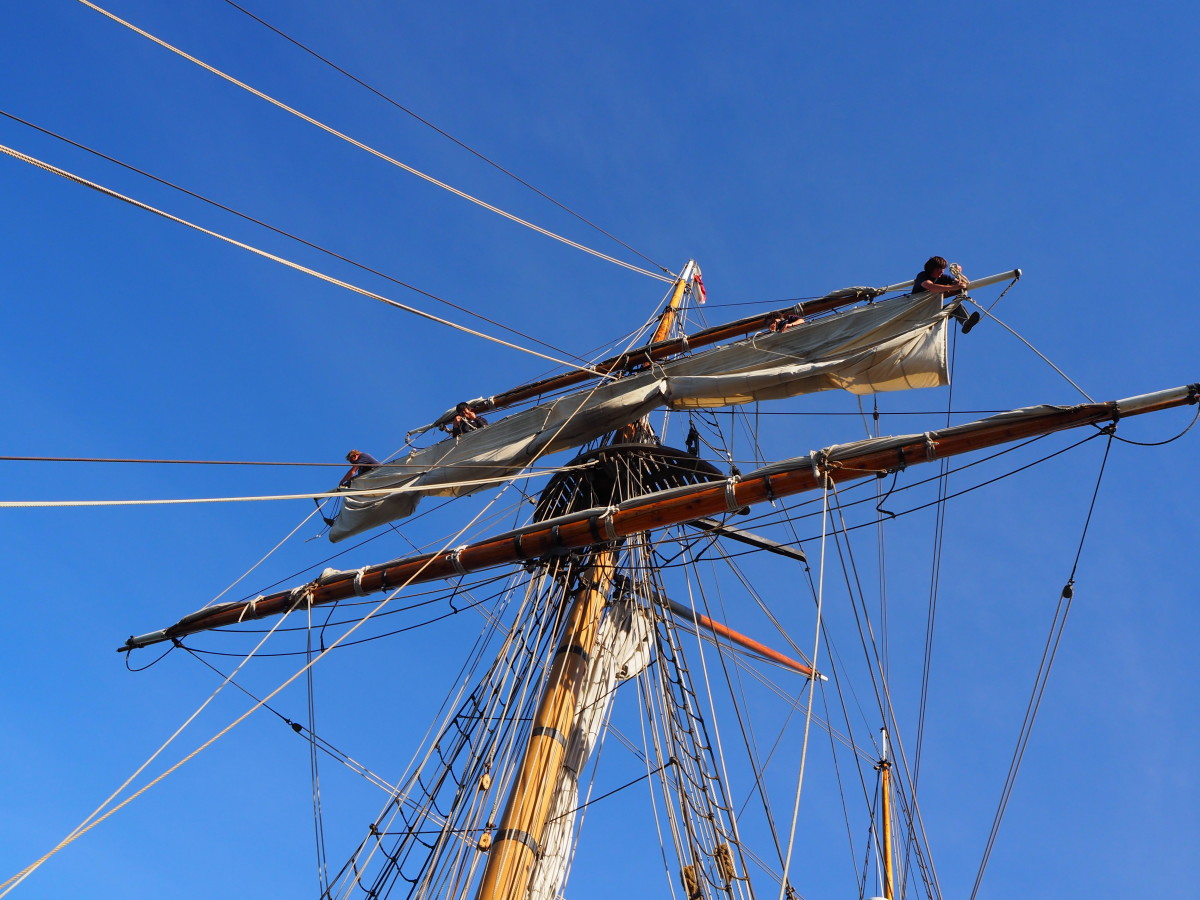 Looking up through the rigging of the main mast.  How do they remember all those lines?